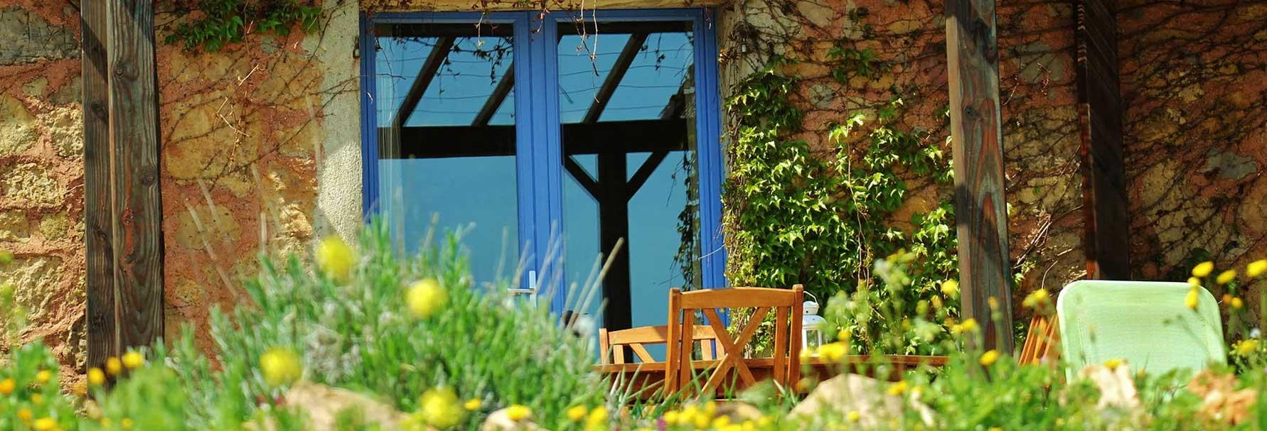 Belle terrasse privative et fleurie au printemps