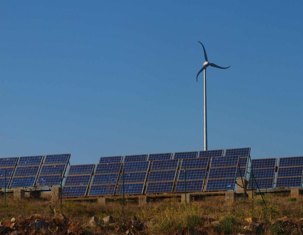 Eolienne et installation photovoltaique
