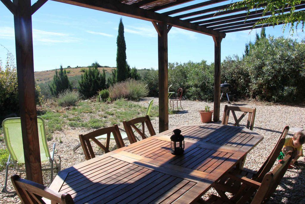Grande terrasse ombragée avec vue sur l'oliveraie
