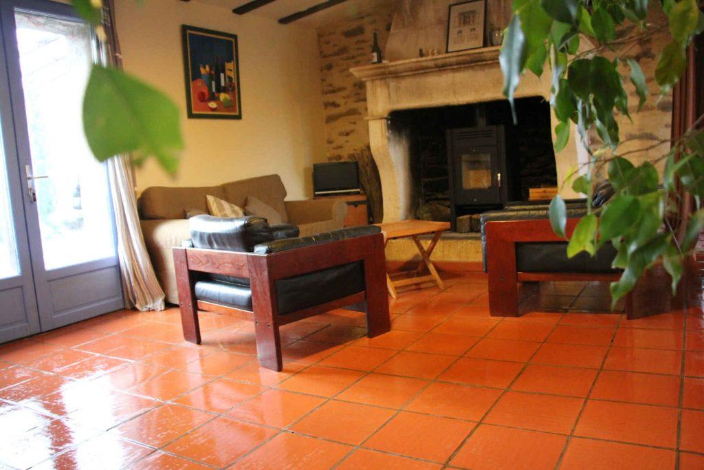 Petit salon avec poêle à bois
