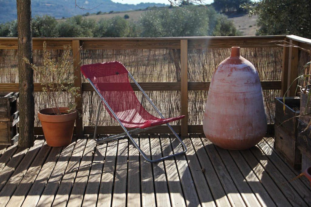 Chaise longue sur la terrasse en bois