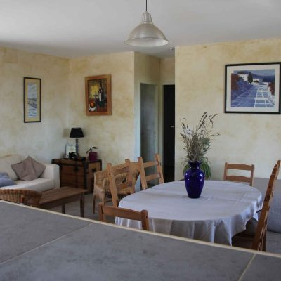 Vue de la cuisine sur le salon et la salle à manger
